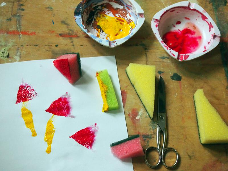 Tisch mit Schwämmen und Farbe