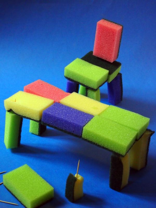 Stuhl und Tisch aus Schwämmen