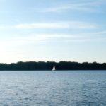 Wasser und Segelboot