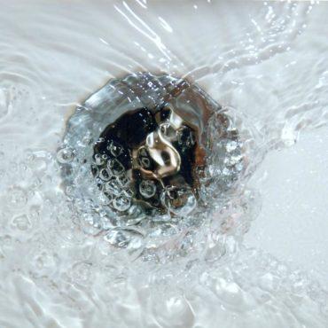 Weshalb fließt das Wasser auf der Südhalbkugel in einem sich anders herum drehenden Strudel ab?
