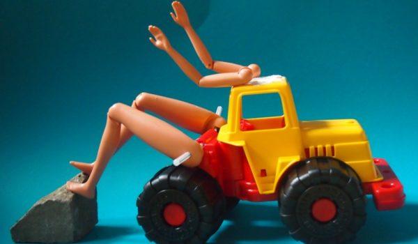 Bauen mit Barbie Teuer muss nicht sein, aber kreativ! Michael Fink wandert durch die Billigläden und inspiziert Sonderangebote, um nach Dingen zu suchen, die kaum etwas kosten, aber Kinder anregen, kleine Forscher zu werden. Diesmal hat es ihm die Barbie angetan.