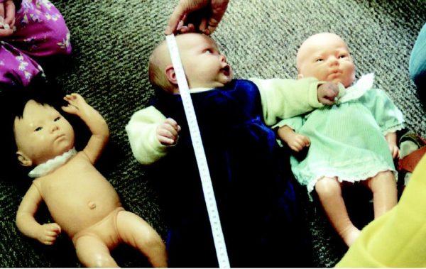 Baby wird mit Babypuppen gemessen
