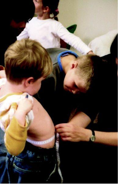 Jungs möchten auch einen Babybauch, messen ihren eigenen Bauch