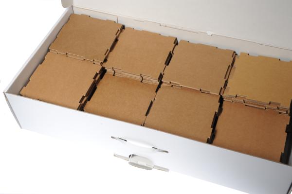 pappwürfel in kiste ausschnitt