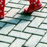 Stiefel mit Pünktchen auf Pflaster