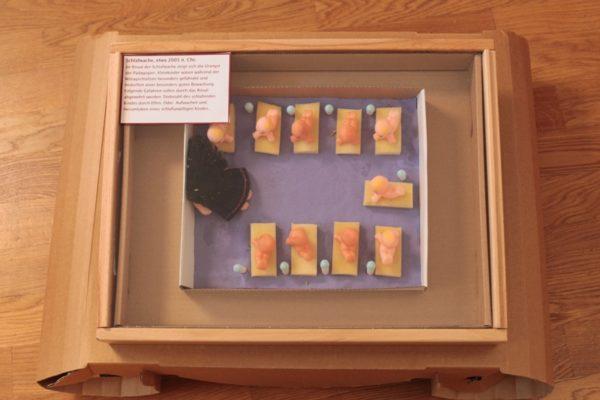 Schlafwache aus Ausstellung Pädagogien