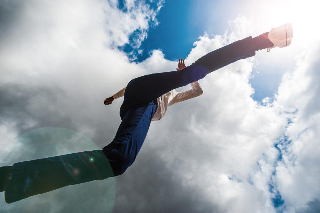 カメラの上を飛び越える男性,ローアングル