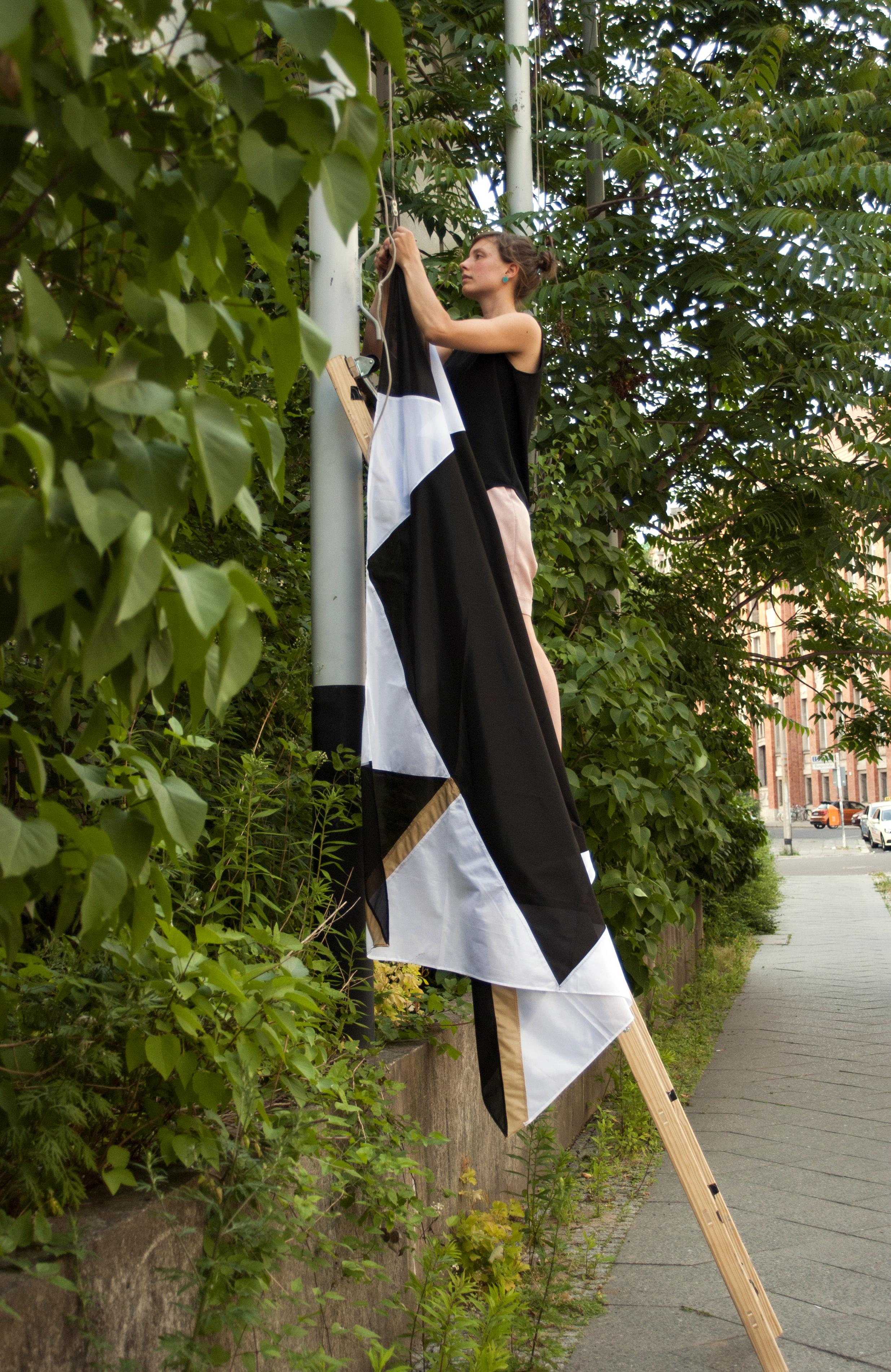 Sonja hängt eine Flagge ohne Bedeutung auf