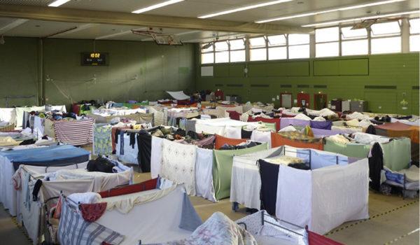 Das Gemeinwesen in der Turnhalle Susanne Hantz, Geschäftsführerin eines kleinen Kitaträgers in Berlin, übernahm 2016 mit ihrem Team eine Flüchtlingsunterkunft in einer Turnhalle. Im Gespräch berichtet sie wamiki davon.