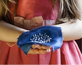 Geboren & Willkommen Die Fotografin Eva von Schirach hat Kinder danach befragt, was sie mit ihrer Geburt verbinden und sie dann mit diesen Dingen fotografiert. Mit Artikeln aus der UN-Kinderrechtskonvention verweist sie auf wichtige Kinderrechte.