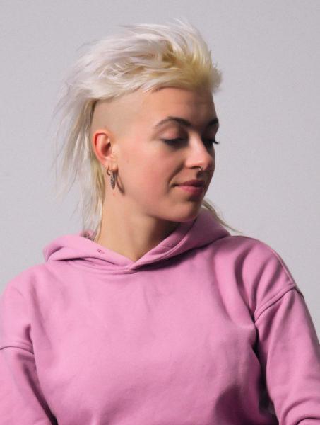 Frau mit rosa Pulli
